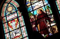 basilica-de-santo-antonio-do-embare-lindos-vitrais-que-retratam-a-vida-dos-franciscanos-decoram-o-interior-da-basilica-de-santo-antonio-do-embare-em-santos